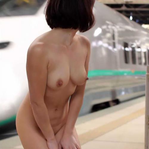 全裸になって野外露出を楽しんでいる、変態性癖の素人女性たち