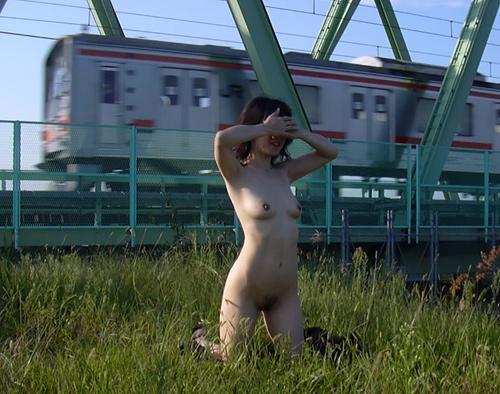 【野外露出エロ画像】真面目そうなのに驚くほど変態…露出癖を抑えきれない女の子がキチガイレベルの野外露出画像(画像15枚)