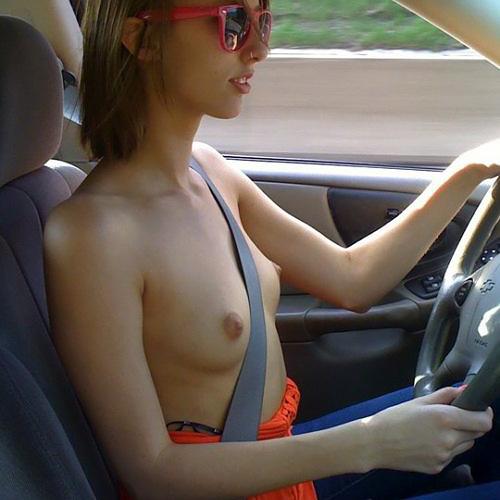 車内で服を脱ぎ捨てエロ写メを撮る巨乳な外人女性!これからカーセックス!?wwwwwwww
