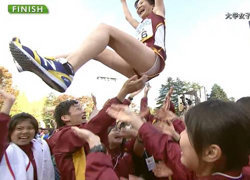 【パンチラ】女子スポーツ選手、胴上げの時にパンツが映り込むwwwwwww