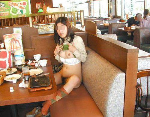 これはもう営業妨害です…一般人が食事をしている飲食店で卑猥なヌードを晒す店内露出画像(画像17枚)