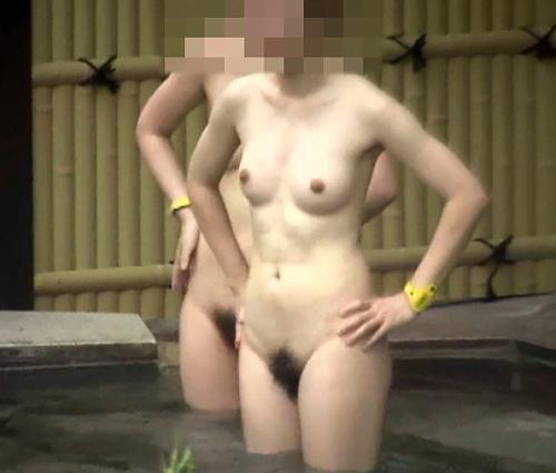 露天風呂に昼間から入浴している無防備な素人女性たちの裸を覗き見