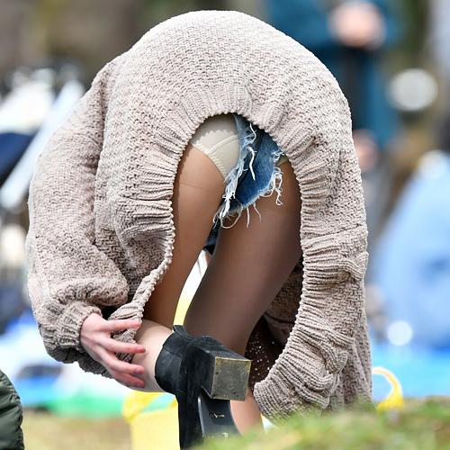 前屈みになってパンチラに尻を強調してるエロ画像