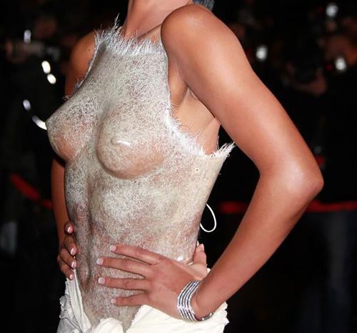 海外セレブの着てる「シースルードレス」ってデザイナーの脳はエロだよなwwwww(エロ画像)