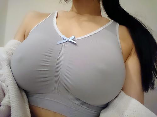 【※二度見】SNSに現れた最強の「着衣巨乳」ガチで破裂寸前wwwwwwwww(画像あり)