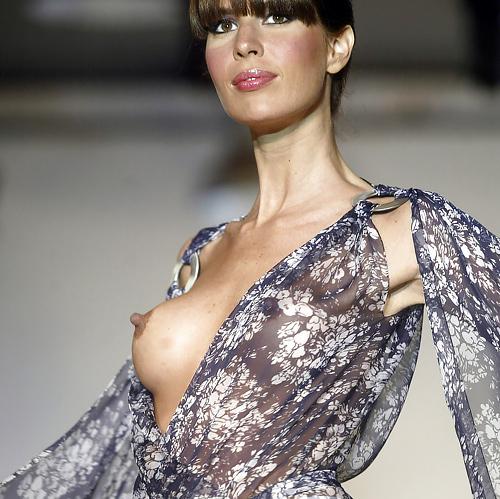 【画像】ファッションショーでお○ぱい丸見えになったモデルさん、乳首ビンビンでワロタwwwwww