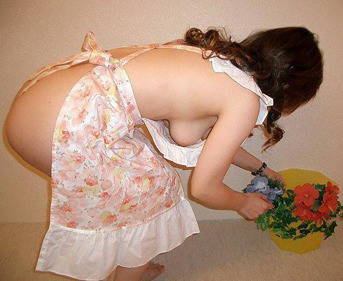裸エプロンで家事をするエ□過ぎる素人画像!台所でそのままハメたくなるww
