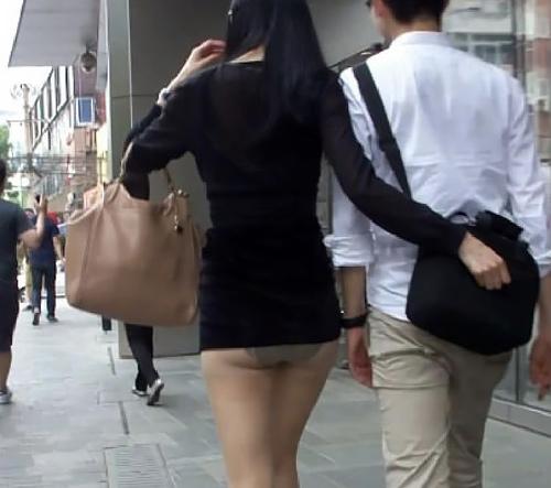 街でお尻をプリプリさせて歩いてるお姉さんを盗撮してる画像まとめ!透けパンやパ○チラもあり。