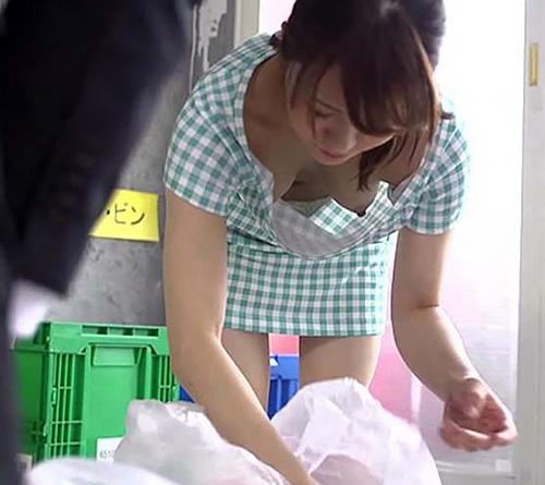 朝から挑発してくるゴミ出しノーブラ奥様。一日仕事に集中できない・・・(37枚)
