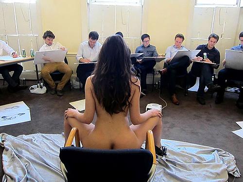 【画像あり】海外のヌードモデルさん、ガチで恥ずかしいポーズをさせられるwwwwwww