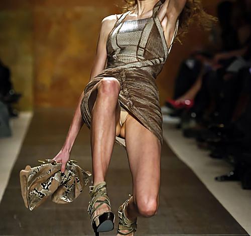 【パ○チラ】ファッションショーのモデルさん、ランウェイですっ転んだ 結果wwwwww