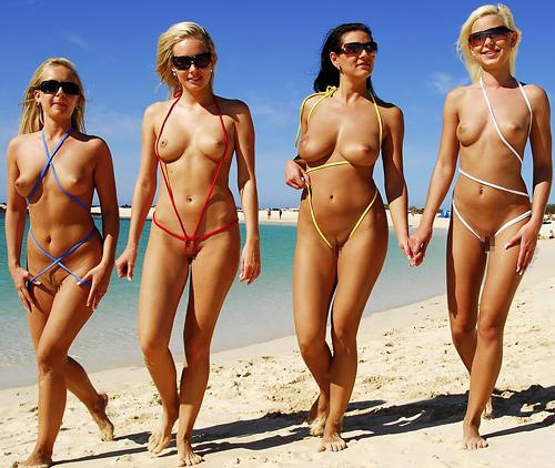 美女がビーチに斬新な水着で登場する。これは意表を突かれたわ。。(※画像あり)