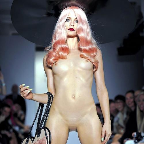 ファッションショーのモデルさん、マ○コ丸出しで目のやり場に困るんだが・・・・・(画像あり)