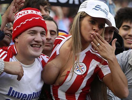 海外サッカーの美女サポーター、お○ぱいポロリしても気づかないwwwwwwwwwwww(画像あり)
