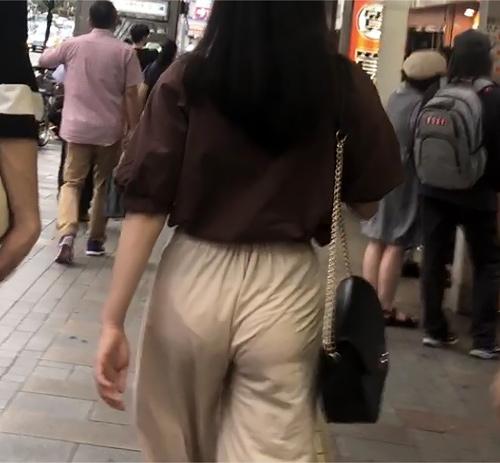 【画像】パンツ食い込ませながら街中歩いてる女の子wwww