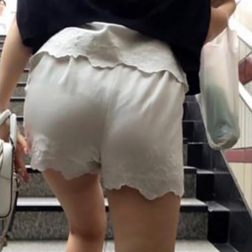 街を歩く素人女さんの脚やお尻、透けてる下着やパ○チラなど無防備で自然体のエ□い画像まとめ!