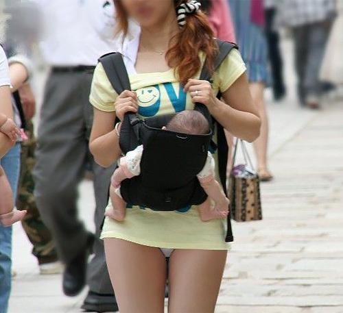 【子連れママエ□画像】子持ちのくせにメス…ちょー短いスカートや過激なファッションでパ○チラしまくる子連れママの街撮り画像(画像15枚)