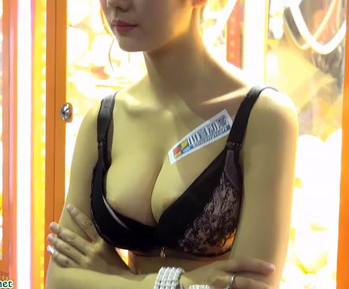 中国のゲームショーで巨乳コンパニオンが乳輪出しっぱなしwwwwwww