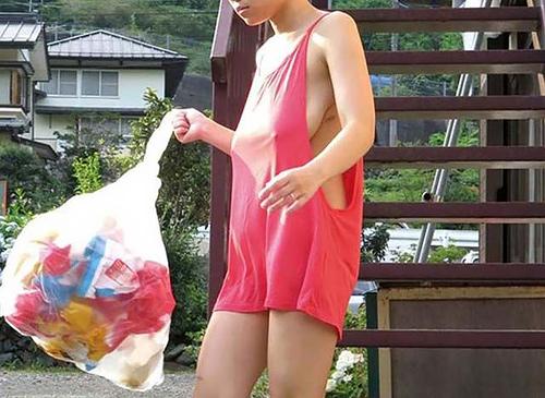 【エ□画像】朝のゴミ出しでノーブラの女が撮影される。朝から○起不可避wwwww