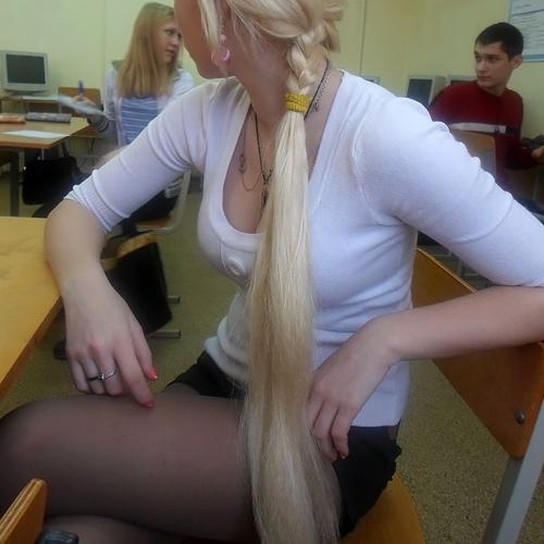 """ロシアの学校で撮影された""""女子生徒""""もう身体がエチエチすぎwwwwww(画像あり)"""