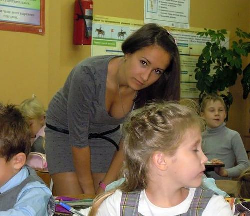 【女教師】高校や大学ならレ●プされそうなロシアの先生たち。エ□すぎwwwww