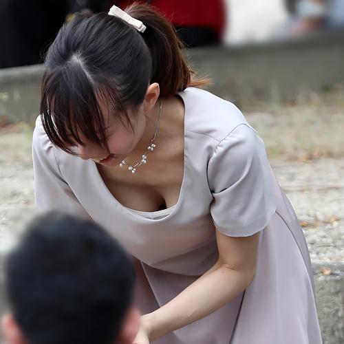 【画像】人妻さんの胸チラ、エ□い