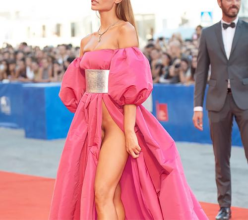 海外セレブが見せた「ヴェネチア映画祭」での衣装。ただの露出狂やんけwwww(画像あり)