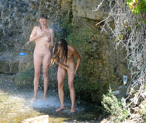 全裸少女、大自然の中で「水浴び」してる光景。これ何処の国だよ・・・(エ□画像)