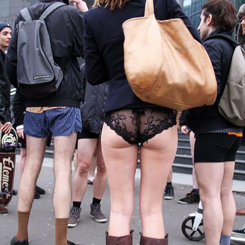 """""""ノーパンツ女子""""が地下鉄で撮影される。。確かに穿いてないねぇwwwwwww(エ□画像)"""