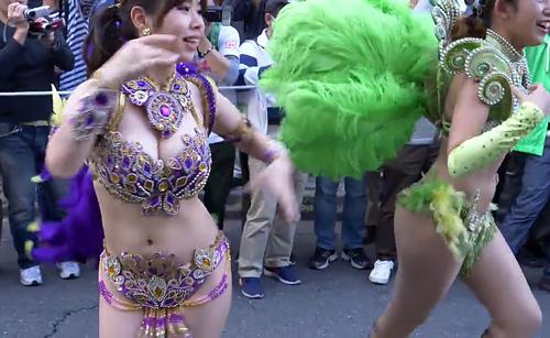 サンバカーニバルでくそエ□い衣装とダンスで堂々とパレードしてる若い女さん、良い度胸してる!
