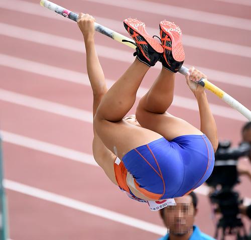 【画像】女子陸上選手、お股が濡れてしまう