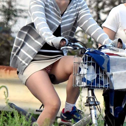 スカートの中がまる見え!!スカートで自転車に乗ってるおねーさんを正面から隠し撮り…卑猥なパ○チラ画像が激エ□www(画像17枚)
