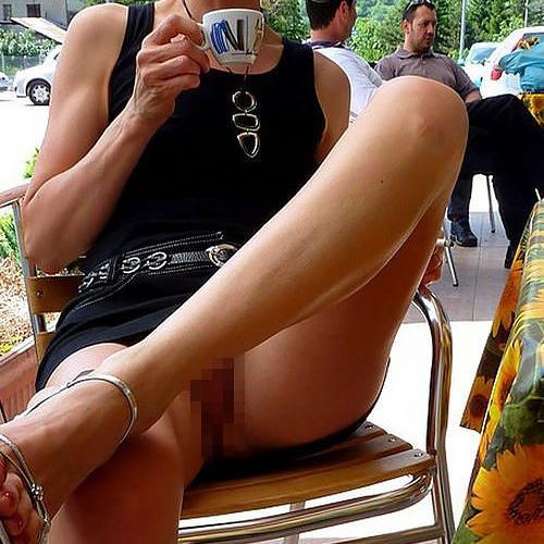 熟女さん、欲求不満から異常にマ○コを見せたがる病気になってしまう。wwwwww(エ□画像)