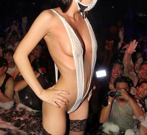 地下アイドルさん、水着でライブ強要で汗でマ○コの丸見えになてって草wwwwww(画像あり)