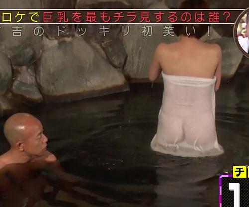 【温泉ロケ】バスタオル1枚でレポートする女性タレント、透けすぎワロタwwwwww