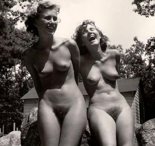 【海外エ□】昔の白黒写真の全裸女性たち、、マ○毛が剛毛すぎるんやがwwwwww