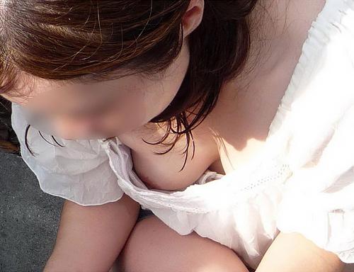 前屈みになった素人女性たちの胸元から胸チラしてたのでお○ぱいを街撮り