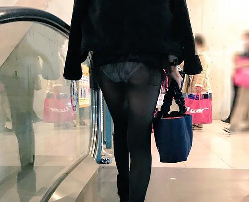 【驚パ●チラ】スカート短すぎで、おパンツがコンニチハ~してるリアルわかめちゃんがたまりません~wwwww