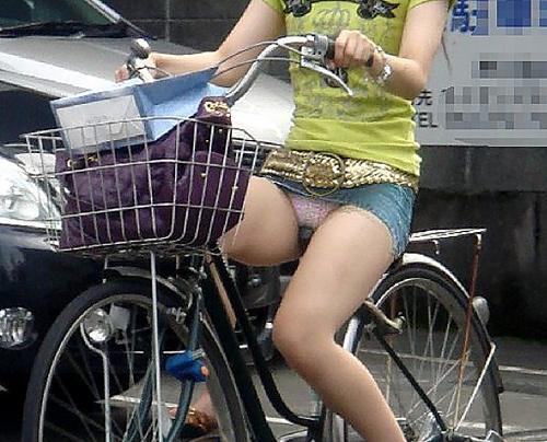 【超パ●チラ】自転車に乗ってパ●チラしてる女子発見した~wwww