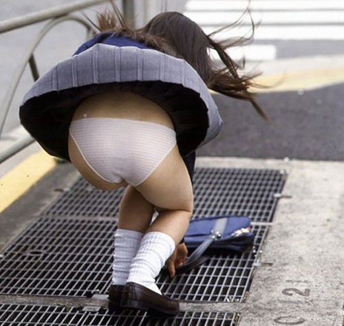 【パ●チラエ□画像】風でスカートが捲れてパンツ丸見えの素人娘たち