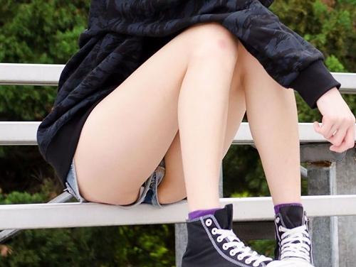 【ホットパンツエ□画像】暖かくなると増えるこーいうパ●チラ…ホットパンツのキワドい股間がサイコーwwww