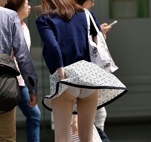 【風パ●チラエ□画像】スカートと風の組み合わせでエ●チなハプニング