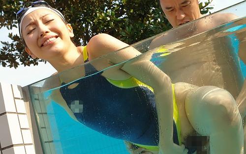 【競泳水着セッ●スエ□画像】体のラインがエ●チすぎ…正常位、バック、騎乗位で着衣エ●チ!