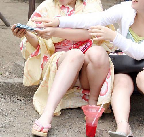 夏祭りの思い出と共にパ●チラ写真も残してしまった女達wwww