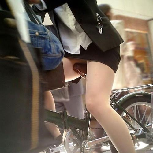 【自転車OL街撮り画像】タイトスカートの足元がちょーセクシー!思わずガン見する美脚…自転車通勤中のOLさんの街撮り画像