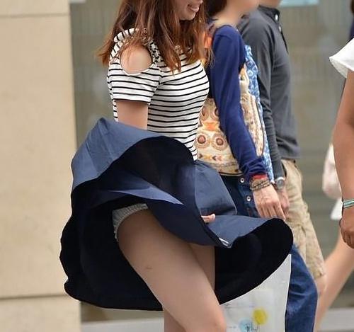 【風パ●チラ画像】やっぱり嬉しくなるパ●チラ!風で舞い上がるスカートに慌てるおねーさんがそそるラッキーパ●チラ画像