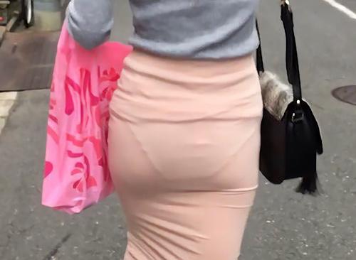 街中で撮影された素人お姉さん達のむっちり尻と透けパ●チラ