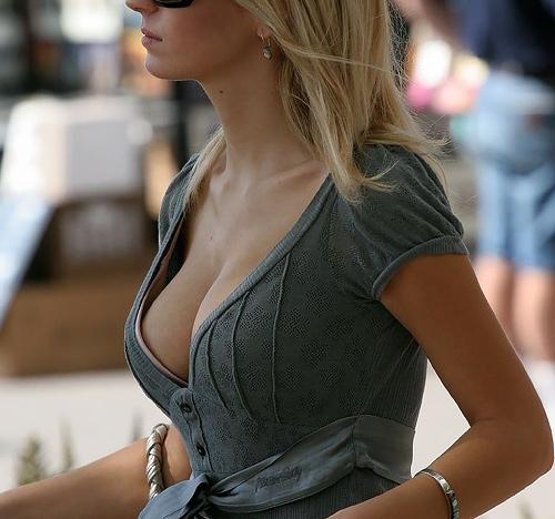 【海外着衣巨乳エ□画像】外人の規格外なお●ぱいは目立ちすぎ…思いっきり揉み揉みしたいwww