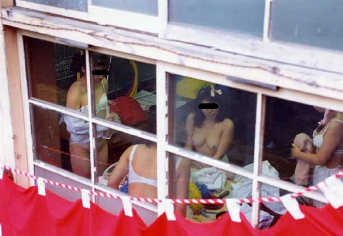 更衣室や教室で着替えている素人娘たちをドキドキしながら覗き見