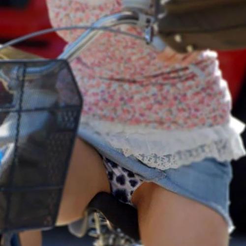 【自転車パ●チラ盗撮エ□画像】ミニスカ素人娘のパ●ティーがずっと丸見え状態になっている!